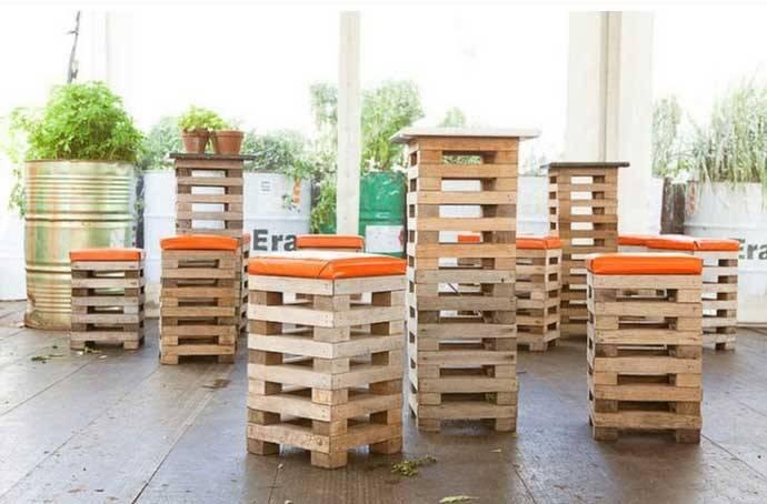 Sgabelli e tavoli realizzati con legno di recupero di deni