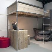 Un letto a soppalco con tubi idraulici